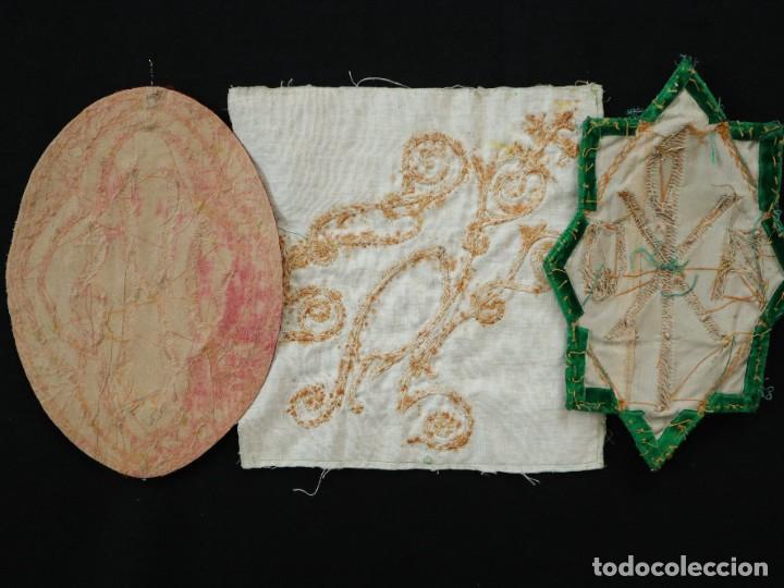 Antigüedades: Tres sedas bordadas con hilo de oro en motivos religiosos. Pps. S. XX. - Foto 14 - 269496783