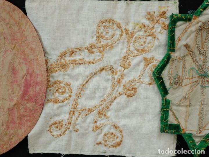 Antigüedades: Tres sedas bordadas con hilo de oro en motivos religiosos. Pps. S. XX. - Foto 16 - 269496783