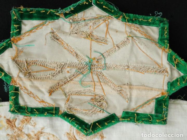 Antigüedades: Tres sedas bordadas con hilo de oro en motivos religiosos. Pps. S. XX. - Foto 17 - 269496783