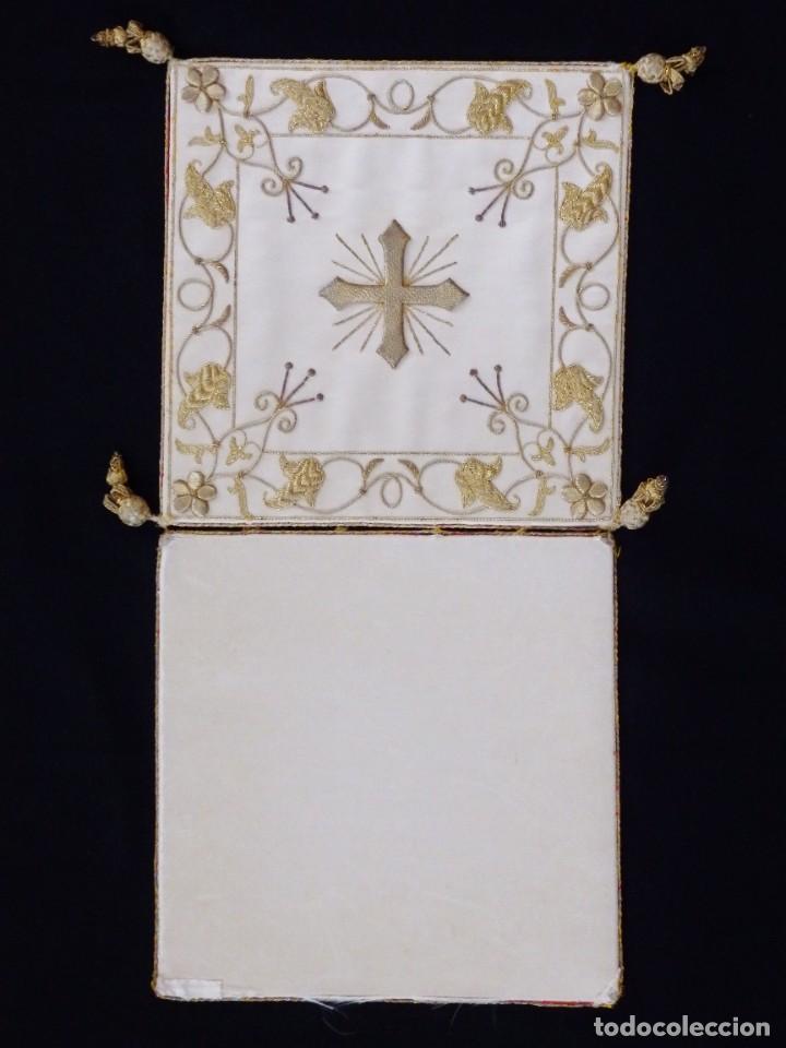 BOLSA DE CORPORALES CONFECCIONADA EN SEDA BORDADA CON HILO DE ORO. PPS. S. XX. (Antigüedades - Religiosas - Ornamentos Antiguos)