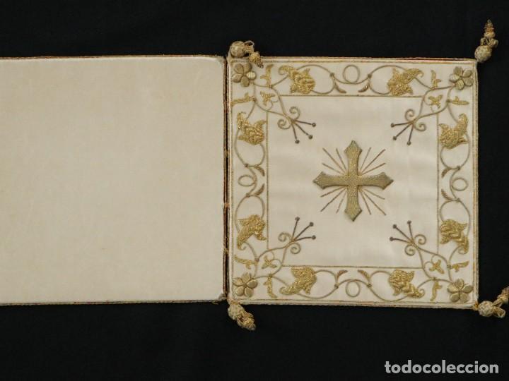 Antigüedades: Bolsa de corporales confeccionada en seda bordada con hilo de oro. Pps. S. XX. - Foto 5 - 269497168