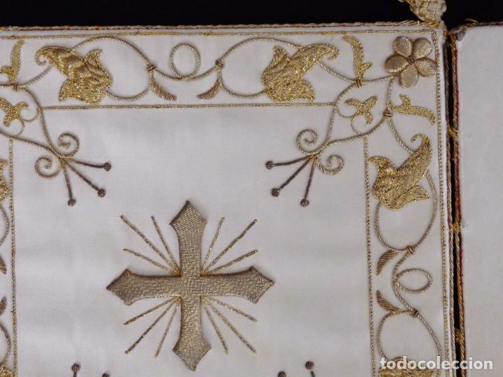 Antigüedades: Bolsa de corporales confeccionada en seda bordada con hilo de oro. Pps. S. XX. - Foto 6 - 269497168