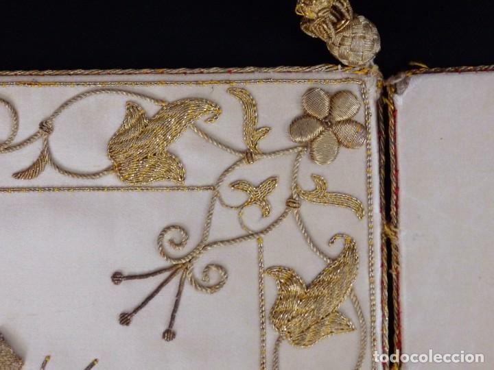 Antigüedades: Bolsa de corporales confeccionada en seda bordada con hilo de oro. Pps. S. XX. - Foto 7 - 269497168