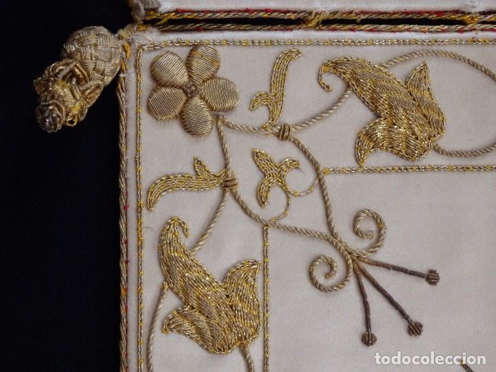 Antigüedades: Bolsa de corporales confeccionada en seda bordada con hilo de oro. Pps. S. XX. - Foto 8 - 269497168