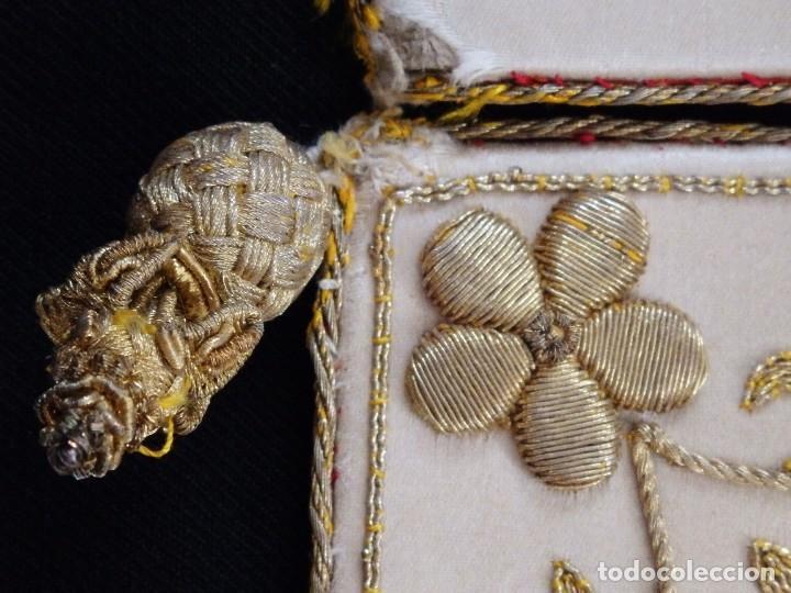 Antigüedades: Bolsa de corporales confeccionada en seda bordada con hilo de oro. Pps. S. XX. - Foto 10 - 269497168