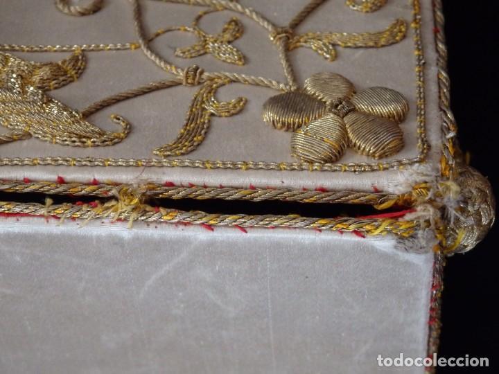 Antigüedades: Bolsa de corporales confeccionada en seda bordada con hilo de oro. Pps. S. XX. - Foto 13 - 269497168