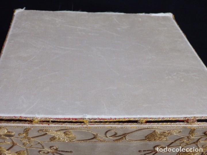 Antigüedades: Bolsa de corporales confeccionada en seda bordada con hilo de oro. Pps. S. XX. - Foto 14 - 269497168