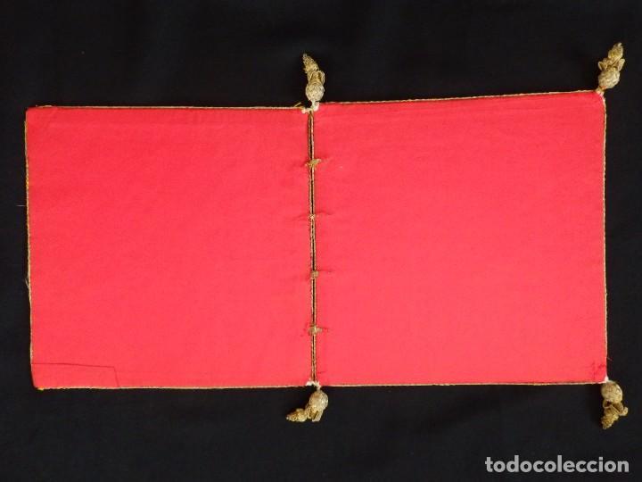Antigüedades: Bolsa de corporales confeccionada en seda bordada con hilo de oro. Pps. S. XX. - Foto 15 - 269497168