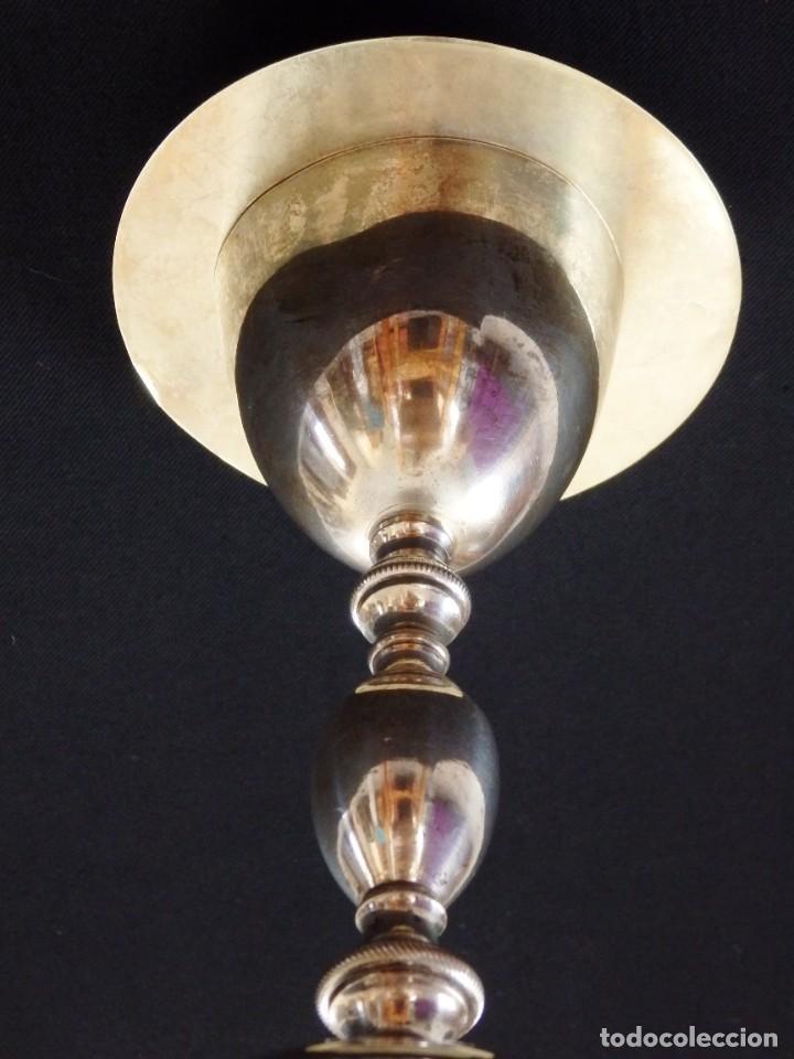 Antigüedades: Cáliz de estilo neoclásico elaborado en bronce y latón. Siglo XIX. Mide 24 cm de altura. - Foto 6 - 269497833