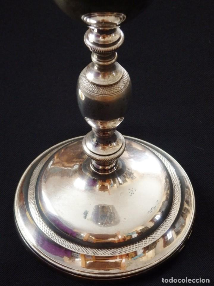 Antigüedades: Cáliz de estilo neoclásico elaborado en bronce y latón. Siglo XIX. Mide 24 cm de altura. - Foto 7 - 269497833