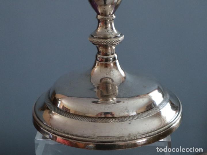 Antigüedades: Cáliz de estilo neoclásico elaborado en bronce y latón. Siglo XIX. Mide 24 cm de altura. - Foto 15 - 269497833