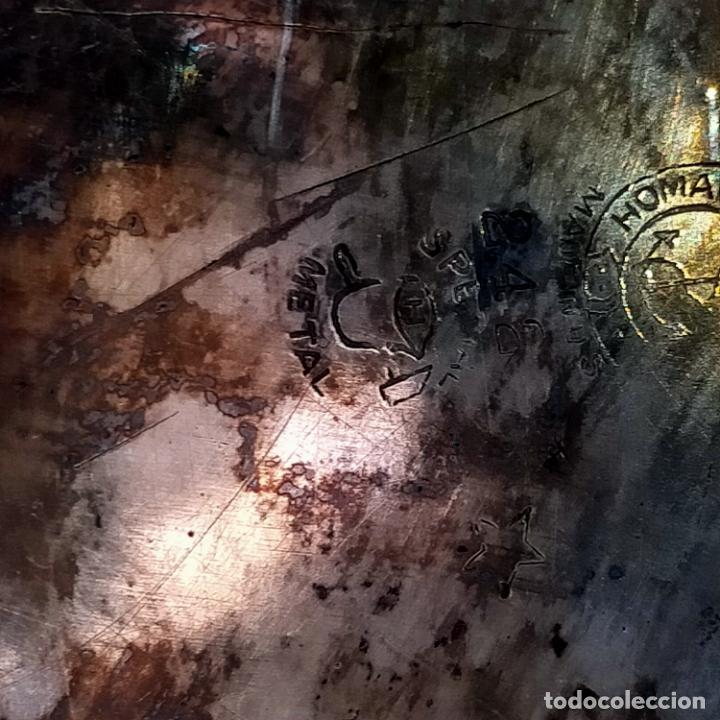 Antigüedades: ESPECTACULAR ANTIGUA BANDEJA METAL LABRADA CON FLORES 29 CM IDEAL CAPILLA VIRGEN SEMANA SANTA SELLO - Foto 4 - 269640213
