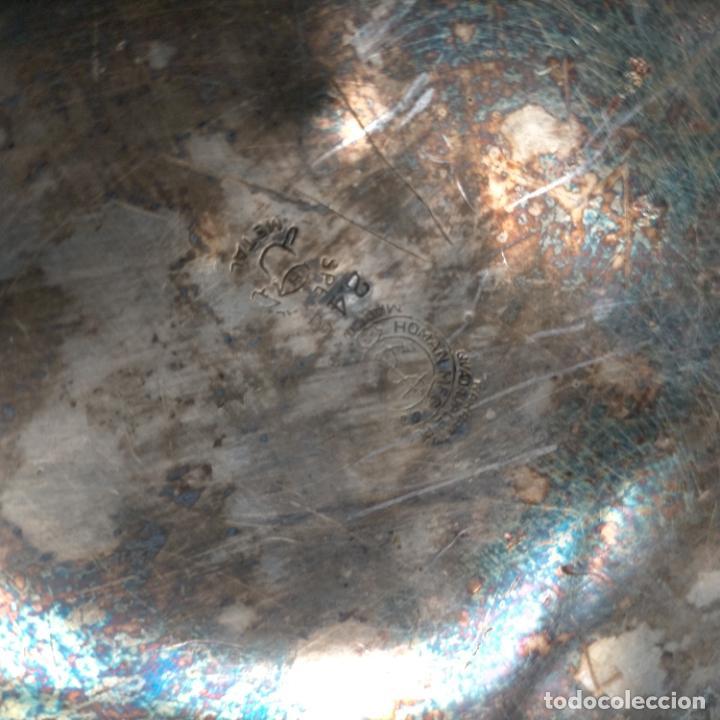 Antigüedades: ESPECTACULAR ANTIGUA BANDEJA METAL LABRADA CON FLORES 29 CM IDEAL CAPILLA VIRGEN SEMANA SANTA SELLO - Foto 6 - 269640213
