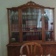 Antigüedades: VITRINA AÑOS 20, MADERA MACIZAD CAOBA. DOS CUERPOS SEPARABLES, LA VITRINA CUENTA CON 3 SECCIONES .. Lote 269652708