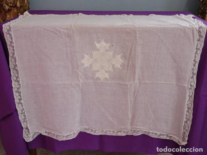 Antigüedades: Amito de grandes proporciones confeccionado en fino algodón bordado. Pps. S. XX. - Foto 2 - 269748693