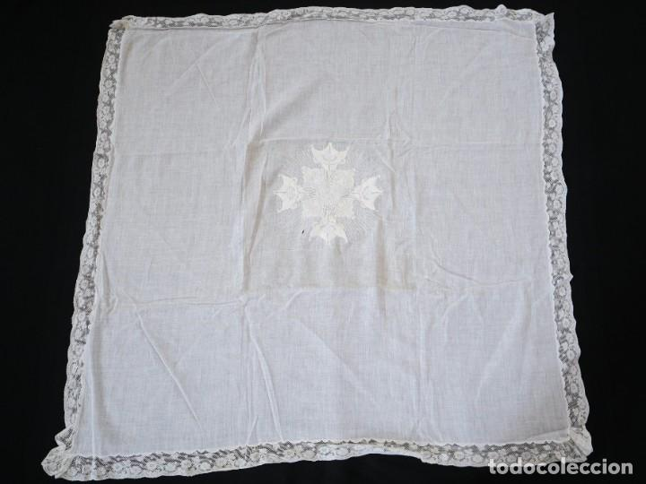 Antigüedades: Amito de grandes proporciones confeccionado en fino algodón bordado. Pps. S. XX. - Foto 3 - 269748693
