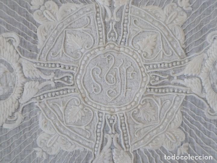 Antigüedades: Amito de grandes proporciones confeccionado en fino algodón bordado. Pps. S. XX. - Foto 4 - 269748693