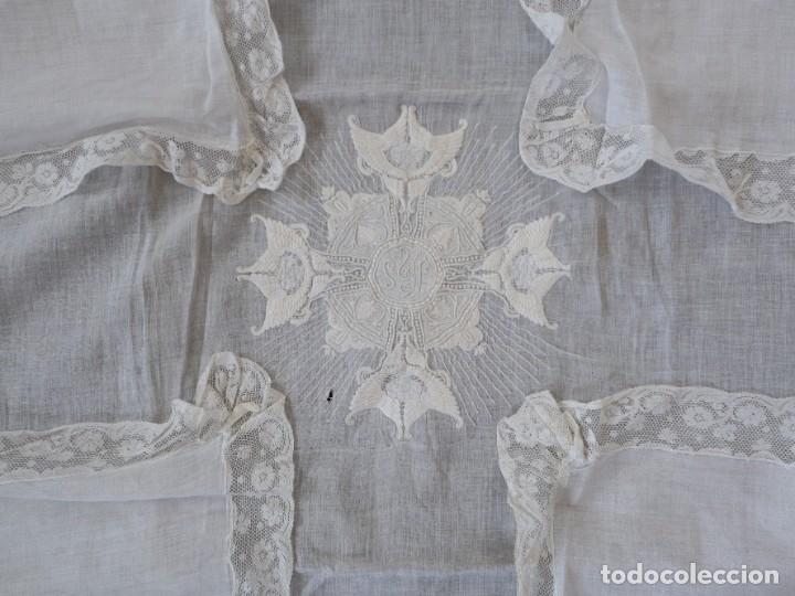 Antigüedades: Amito de grandes proporciones confeccionado en fino algodón bordado. Pps. S. XX. - Foto 5 - 269748693