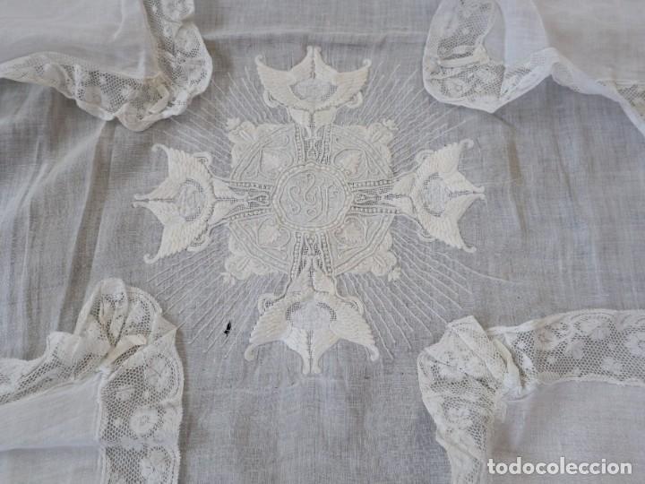 Antigüedades: Amito de grandes proporciones confeccionado en fino algodón bordado. Pps. S. XX. - Foto 6 - 269748693