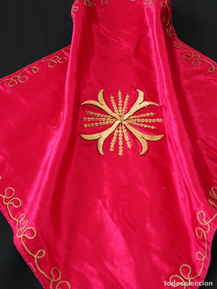 VELO DE CÁLIZ CONFECCIONADO EN SEDA BORDADA CON HILO DE ORO. HACIA 1900. MIDE 53 X 52 CM. (Antigüedades - Religiosas - Ornamentos Antiguos)