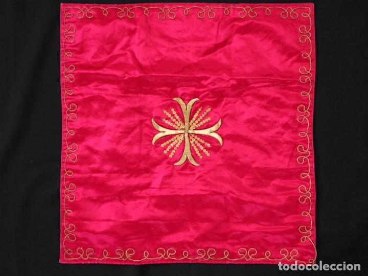 Antigüedades: Velo de cáliz confeccionado en seda bordada con hilo de oro. Hacia 1900. Mide 53 x 52 cm. - Foto 2 - 269749118