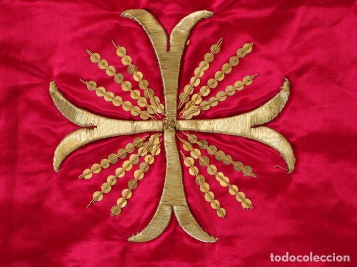 Antigüedades: Velo de cáliz confeccionado en seda bordada con hilo de oro. Hacia 1900. Mide 53 x 52 cm. - Foto 3 - 269749118