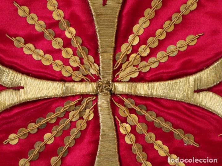 Antigüedades: Velo de cáliz confeccionado en seda bordada con hilo de oro. Hacia 1900. Mide 53 x 52 cm. - Foto 4 - 269749118