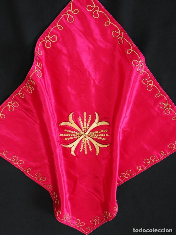 Antigüedades: Velo de cáliz confeccionado en seda bordada con hilo de oro. Hacia 1900. Mide 53 x 52 cm. - Foto 7 - 269749118