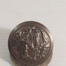Antigüedades: ROSARIO EN CAJA CON LA VIRGEN DE LOURDES PARA COLGAR. Lote 269841568
