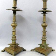 Antigüedades: PAREJA DE CANDELEROS DE BRONCE CON BASE TRIANGULAR CON PATAS DE GARRAS FINALES DEL SIGLO XVII. Lote 269849593