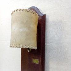 Antigüedades: ANTIGUO APLIQUE DE LUZ CON COLGADOR . LAMPARA MARSET C. BARCELONA . PANTALLA PERGAMINO. Lote 269972748