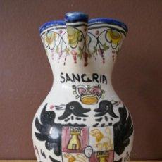 Antigüedades: PRECIOSA JARRA DE SANGRÍA DE CERAMICA CON ESCUDO DE TOLEDO PINTADA A MANO - 2 LITROS - 25 CM DE ALTU. Lote 270108313