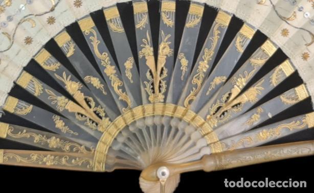 Antigüedades: Abanico asta, piqué, paístextil. Hand fan. Horn, gold inlay, tissu. ca 1850 24cm - Foto 4 - 270164983