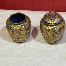 Antigüedades: PAREJA DE JARRONES CHINOS ANTIGUOS BRONCE ESMALTES PINTADOS A MANO . VER FOTOS. Lote 270170408