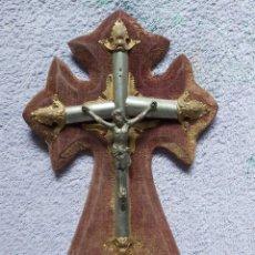 Antigüedades: CRUCIFIJO CON BENDITERA DE METAL SOBRE MADERA, ANTIGUO. Lote 270171348