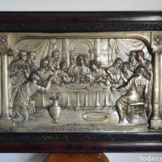 Antigüedades: CUADRO ANTIGUO RELIEVE EN METAL DE LA ÚLTIMA CENA. CON MARCO 93X63CM. Lote 270220193