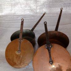 Antigüedades: LOTE DE DOS CAZUELAS Y SUS TAPAS DE COBRE Y FORJA. Lote 270228988