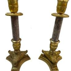 Antigüedades: ANTIGUOS CANDELABROS IMPERIO. NAPOLEÓN III. BRONCE Y MÁRMOL. 27 CM ALTO.. Lote 267506744