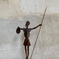 Antigüedades: FIGURA MADERA TALLADA DON QUIJOTE DE LA MANCHA BACIA LANZA 74X33X12CMS. Lote 270549938