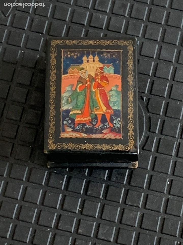 CAJA LACADA RUSA MADERA PAPIER MACHE PINTADA A MANO FIRMADA DORADOS PAREJA ANTE CASTILLO 7X5X3CMS (Antigüedades - Hogar y Decoración - Cajas Antiguas)