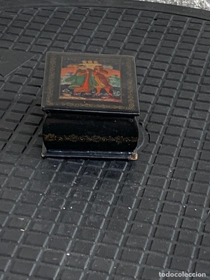 Antigüedades: CAJA LACADA RUSA MADERA PAPIER MACHE PINTADA A MANO FIRMADA DORADOS PAREJA ANTE CASTILLO 7X5X3CMS - Foto 9 - 270627153