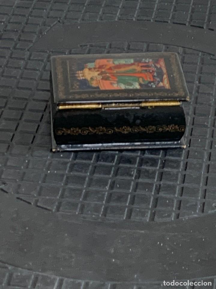 Antigüedades: CAJA LACADA RUSA MADERA PAPIER MACHE PINTADA A MANO FIRMADA DORADOS PAREJA ANTE CASTILLO 7X5X3CMS - Foto 10 - 270627153
