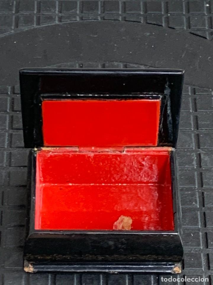 Antigüedades: CAJA LACADA RUSA MADERA PAPIER MACHE PINTADA A MANO FIRMADA DORADOS PAREJA ANTE CASTILLO 7X5X3CMS - Foto 11 - 270627153