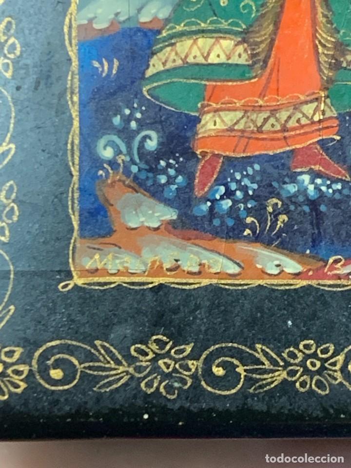 Antigüedades: CAJA LACADA RUSA MADERA PAPIER MACHE PINTADA A MANO FIRMADA DORADOS PAREJA ANTE CASTILLO 7X5X3CMS - Foto 7 - 270627153