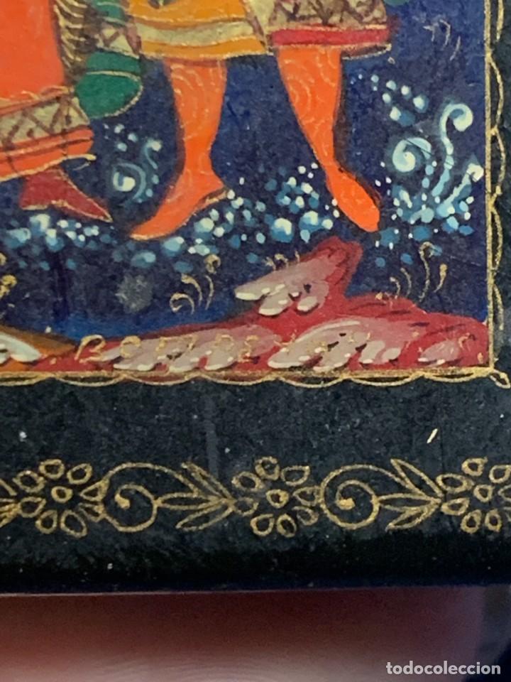 Antigüedades: CAJA LACADA RUSA MADERA PAPIER MACHE PINTADA A MANO FIRMADA DORADOS PAREJA ANTE CASTILLO 7X5X3CMS - Foto 8 - 270627153