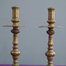 Antigüedades: PAREJA DE CANDELEROS DE ALTAR, SIGLOS XVII-XVIII, BRONCE DORADO. MIDEN 32 CM DE ALTURA.. Lote 270650998
