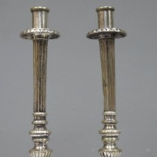 Antigüedades: PAREJA DE CANDELABROS DE ALTAR DE BRONCE PLATEADO. SIGLO XIX. Lote 270681668