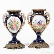 Antigüedades: PAREJA DE JARRONES FLOREROS EN PORCELANA ESTILO SÈVRES. 38*24CM. Lote 270877748