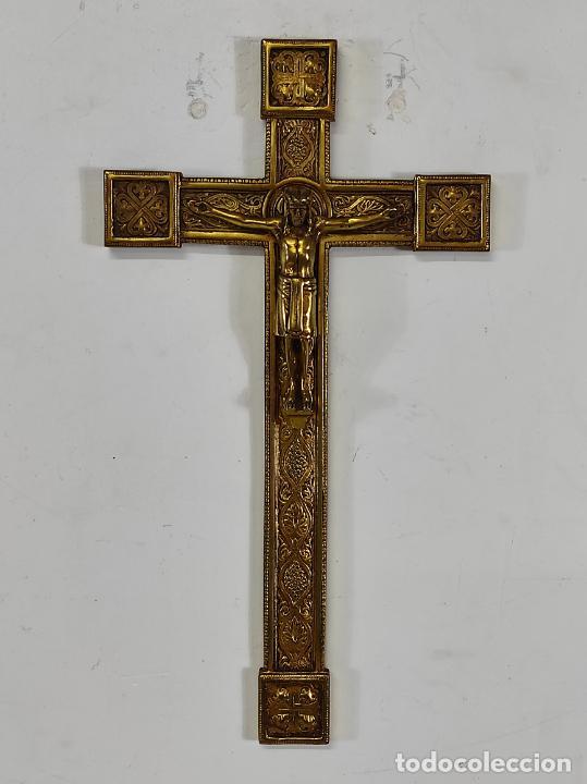 CRUCIFIJO, CRISTO A LA CRUZ - MAJESTAD - BRONCE CINCELADO - PRINCIPIOS S. XX (Antigüedades - Religiosas - Crucifijos Antiguos)