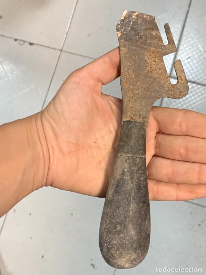 ABRELATAS UTIL COCINA ANTIGUO PPIO S XX MANGO MADERA 19X5CMS (Antigüedades - Técnicas - Rústicas - Utensilios del Hogar)